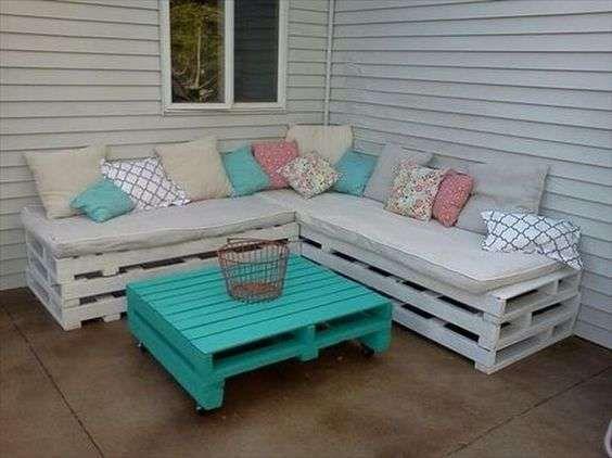 Divanetto con bancali patio pallet mobili pallet fai da for Divanetto da balcone