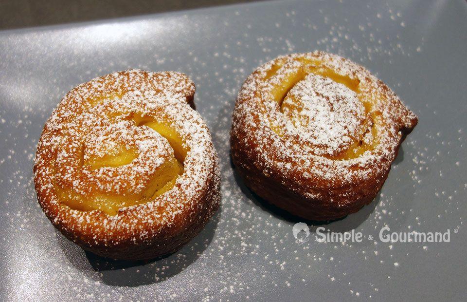 Les beignets roulés aux pommes sont de petits beignets particulièrement gourmands car ils contiennent de petits morceaux de pommes fondants.