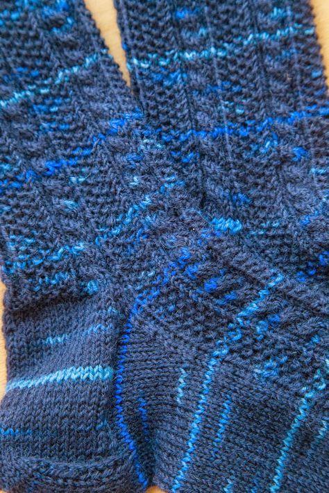 Die Socken mit Zopfmuster sind fertig. Das Muster habe ich selbst ...