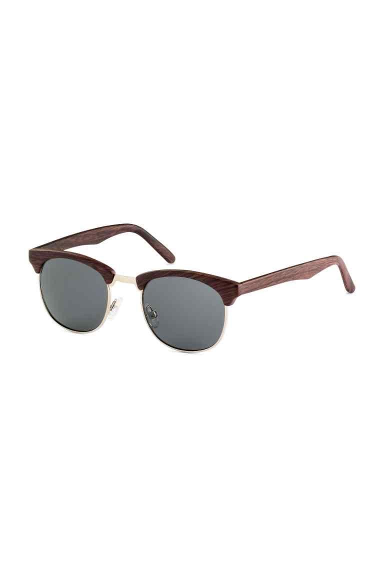 f252f86142ee0 Óculos de sol  Óculos de sol com armação em plástico e lentes coloridas. Proteção  UV.