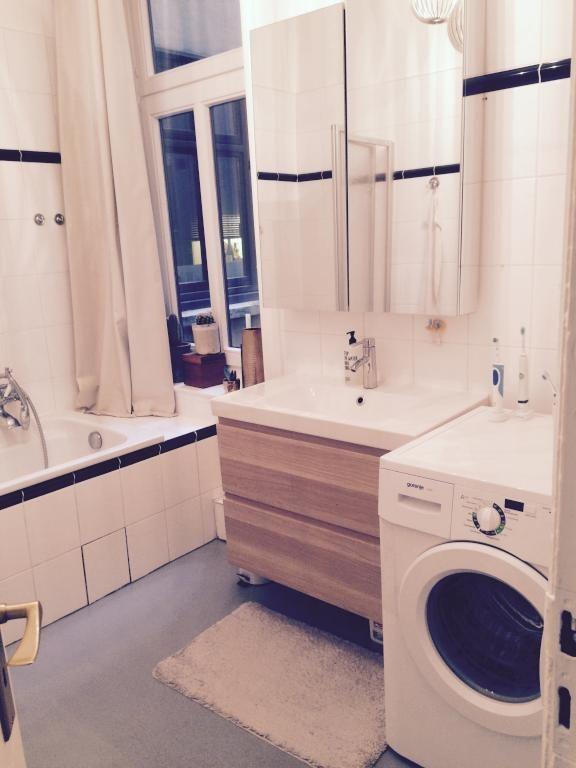 Schönes Badezimmer In Hamburger Altbauwohnung Mit Badewanne, Waschmaschine  Und Waschbecken. #badezimmer #bathroom