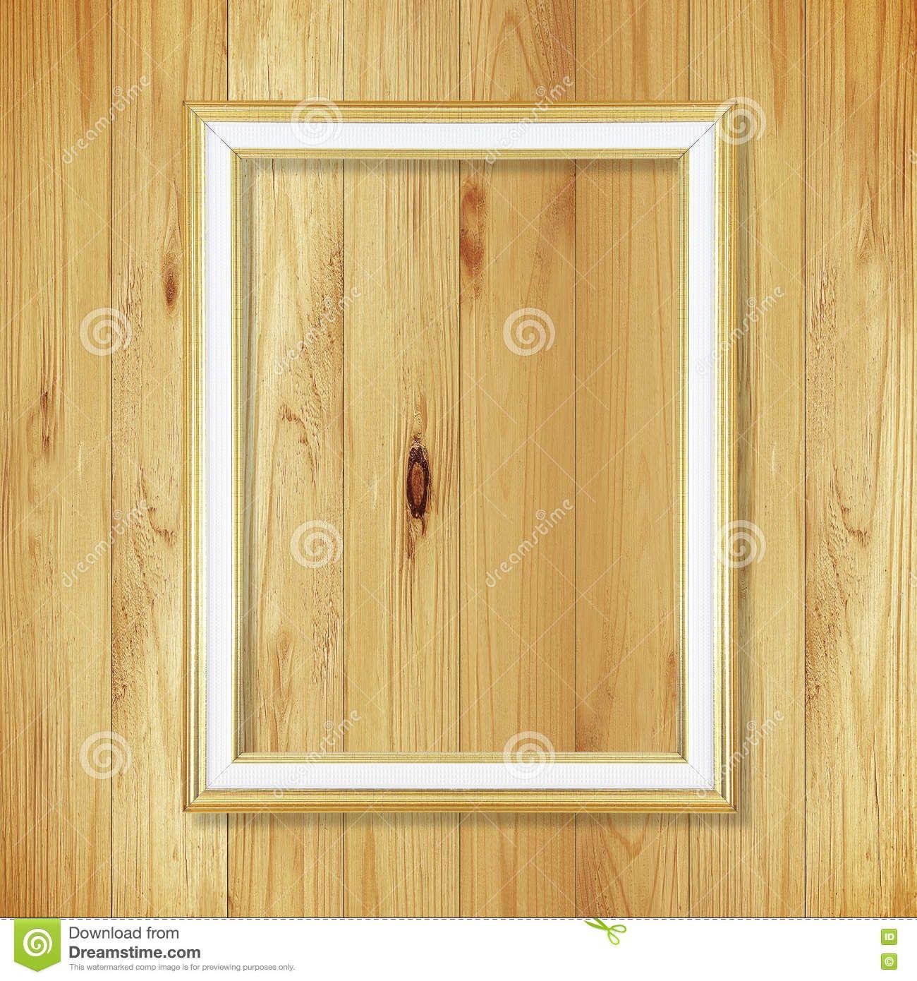 Marco antiguo del oro en la pared de madera; Marco vacío en pizca ...