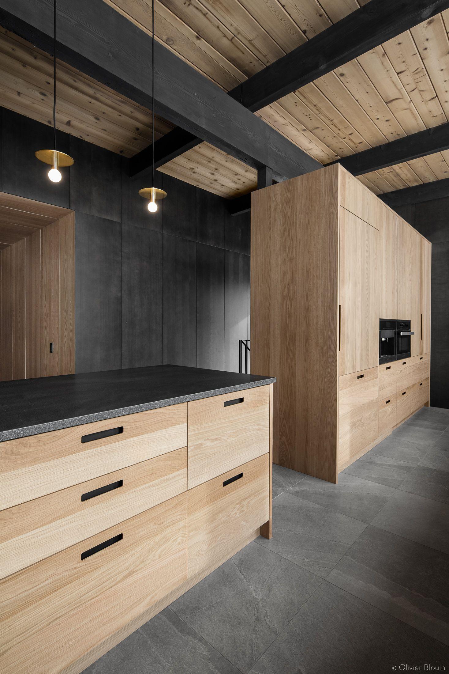 Armoire Comptoir De Famille armoire-cuisine-chene -blanc-comptoir-noir-mur-de-pierre_03