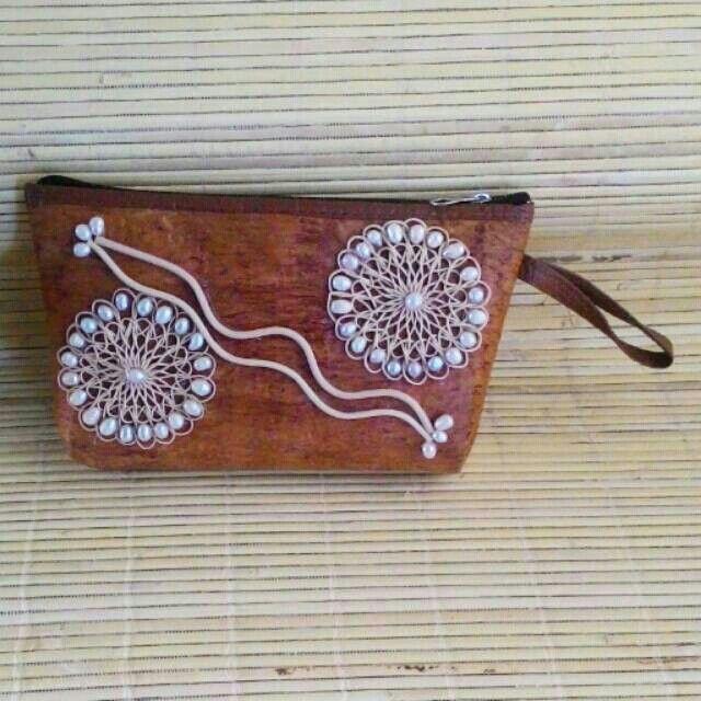 dompet yang dibuat dari kulit kayu berhiaskan rotan dan mutiara