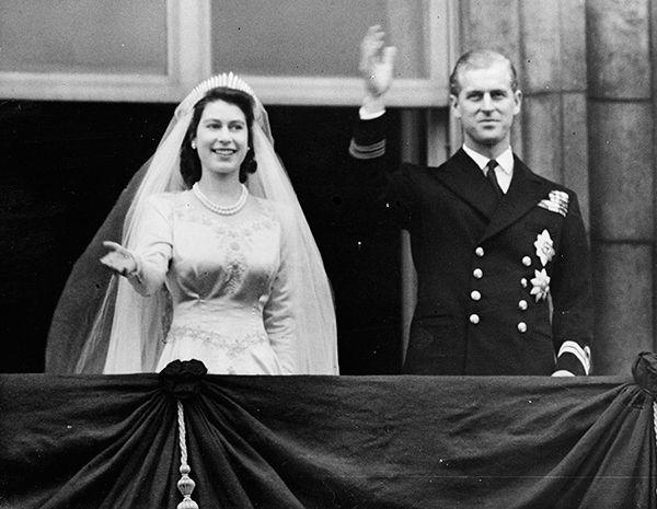 El Vestido De Novia De Isabel Ii De Inglaterra La Historia De Los Cupones Las Perlas Y El Hilo De Plata Queen Elizabeth Wedding Princess Elizabeth Royal Weddings