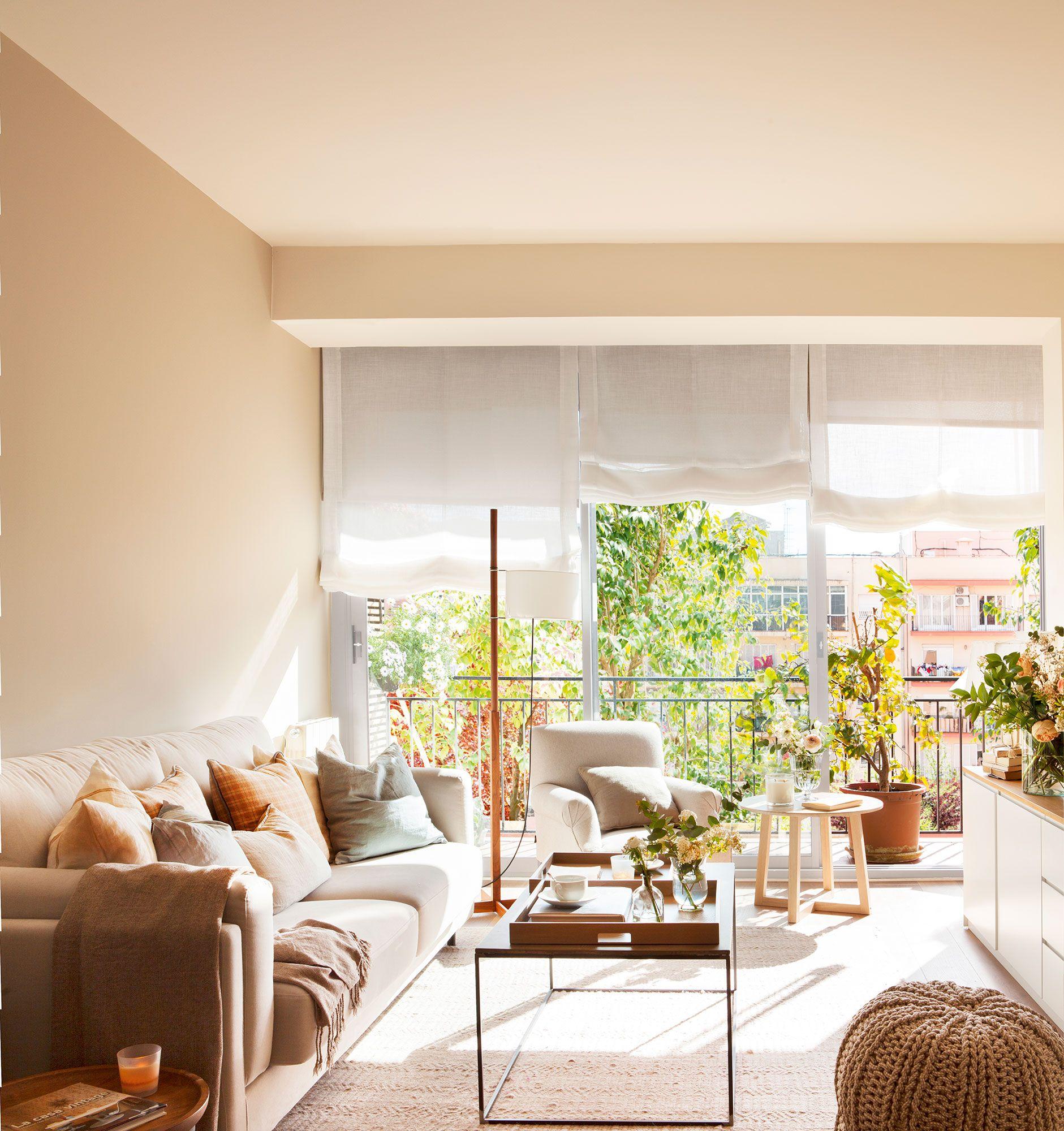 Sal n con gran ventanal sof arrimado a la pared butaca for Salones para pisos