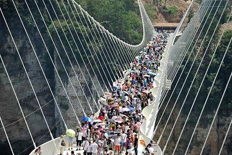 Sillalla on käynyt yli 10000 ihmistä joka päivä. > Chin