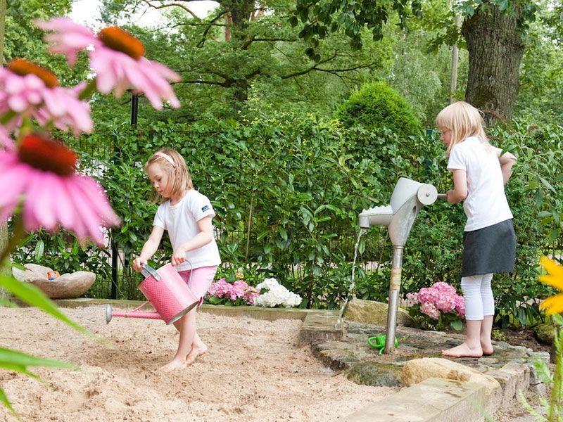 Familiengarten Mit Individuellen Spielplatz Und Zweitterrasse In Der Abendsonne Familiengarten Garten Garten Deko
