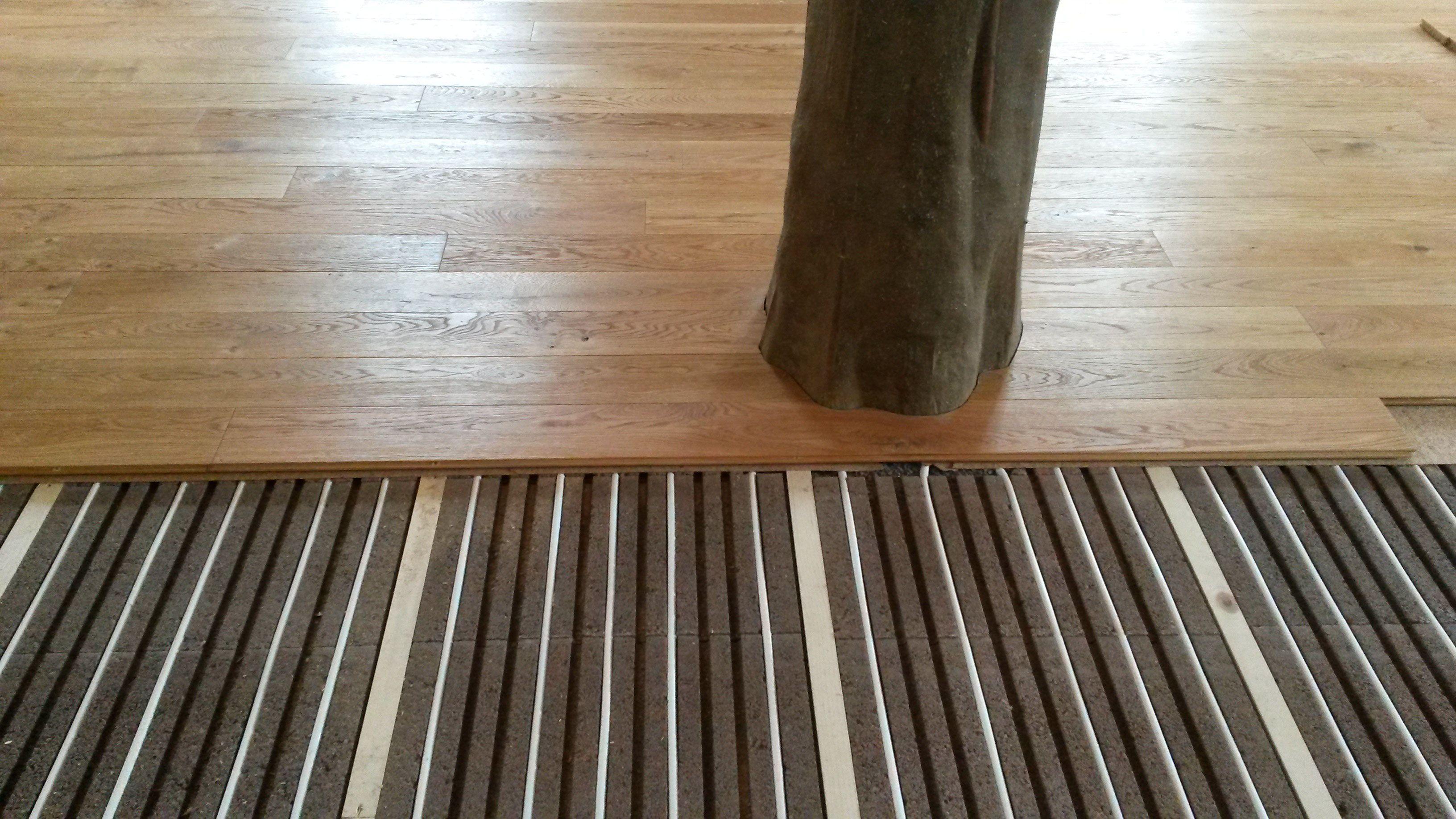 Fussbodenheizung Mit Komplett Trockenem Bodenaufbau Wir Klaren Auf Fussboden Fussbodenheizung Holzboden