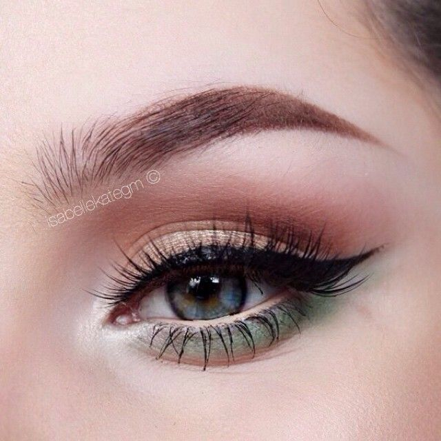 Playing around with neutral pops of colour. Today, I chose green and I LOVE this combination. Using @anastasiabeverlyhills Maya Mia Palette & @sleekmakeup I-divine mattes palette. #AnastasiaBrows of course. @houseoflashes pixie luxe ❤️ #isabellekategm