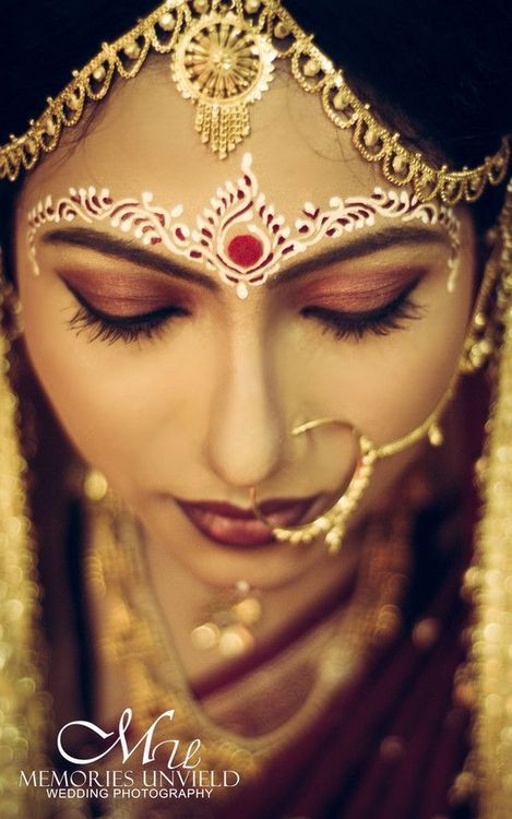 Sandal Wood Paste Patterns On The Face Of A Bengali Bride From Tumblr Bengali Bridal Makeup Indian Bride Makeup Bengali Bride