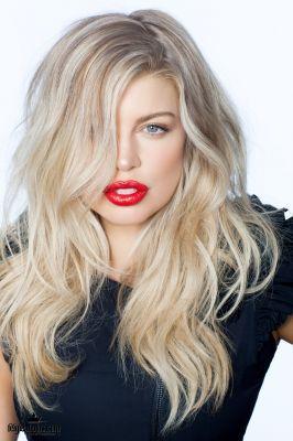 Fergie loose messy blonde wavy hair