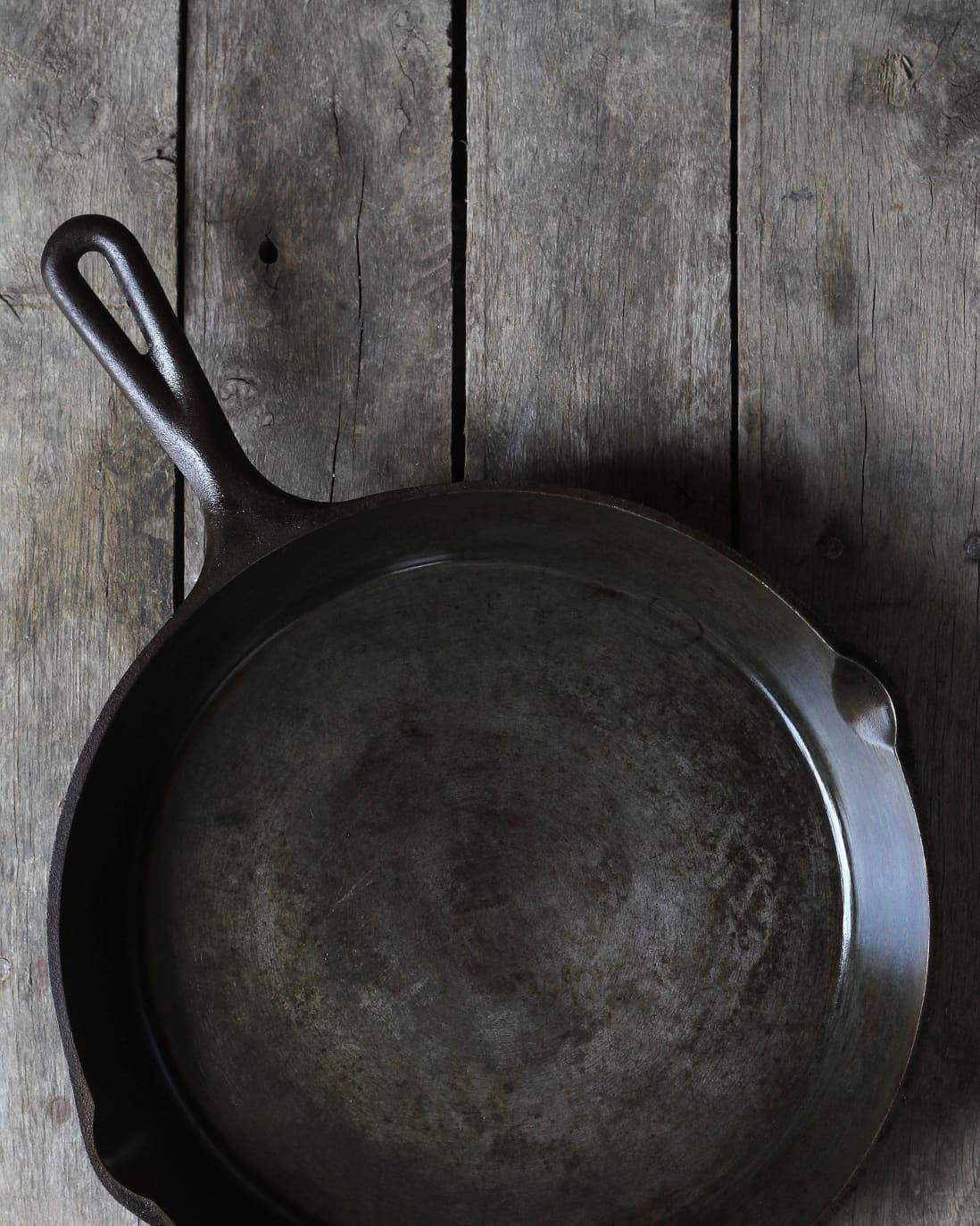 How To Clean And Season An Old Rusty Cast Iron Skillet With Salt And Oil Rusty Cast Iron Skillet Cast Iron Skillet Cast Iron Cleaning