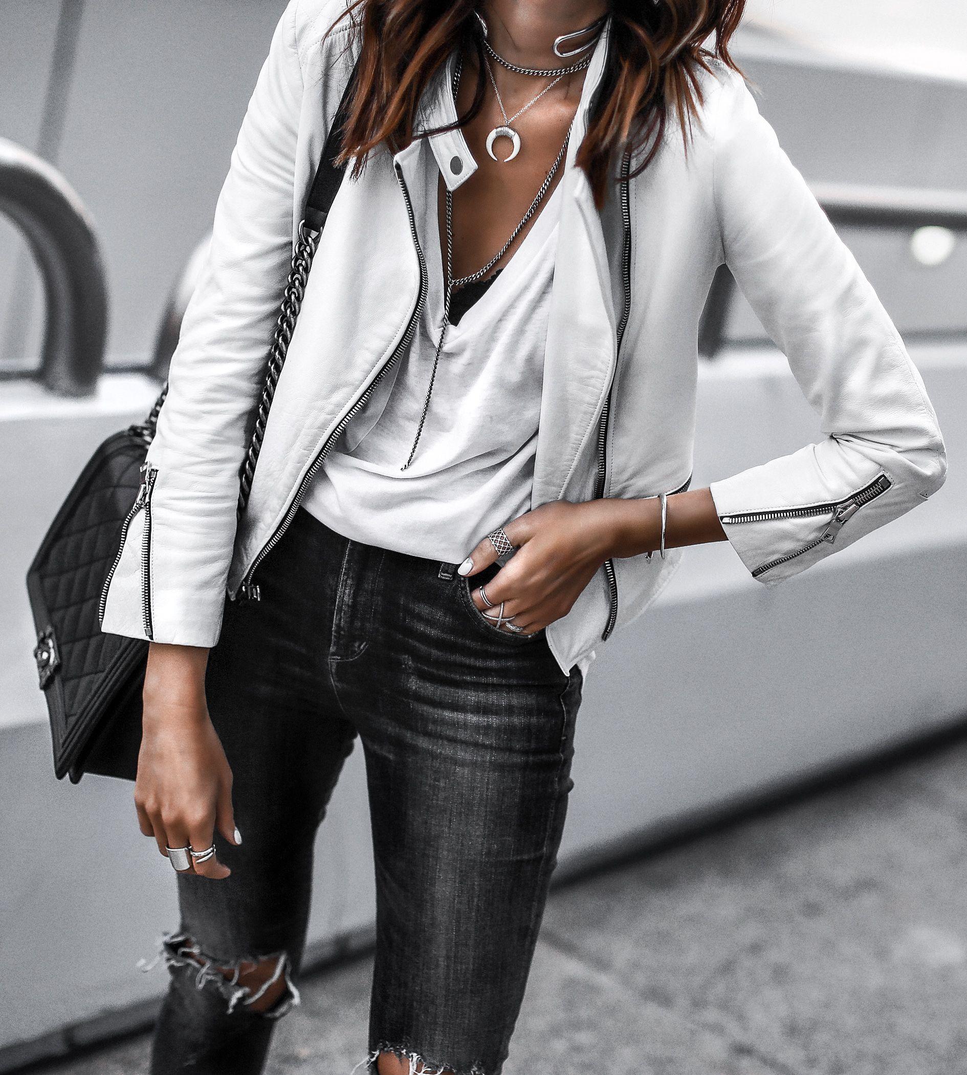 609a0e956b giacca di pelle bianca, maglietta bianca, collane a strati, jeans skinny  strappati, borsa chanel