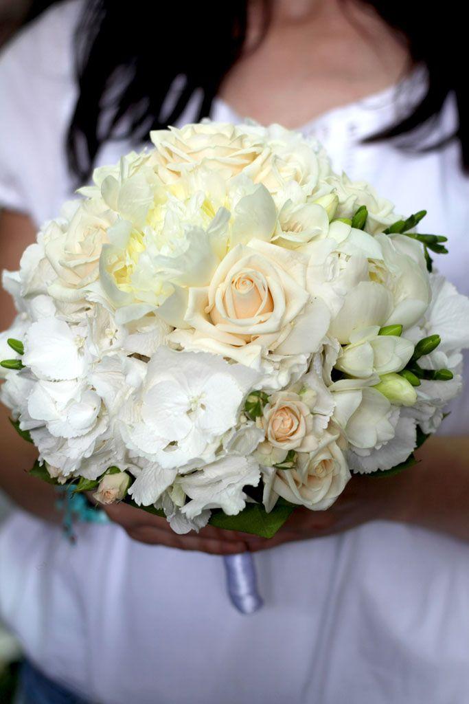 Biela svadobná kytica z ruží, hortenzií, frézií