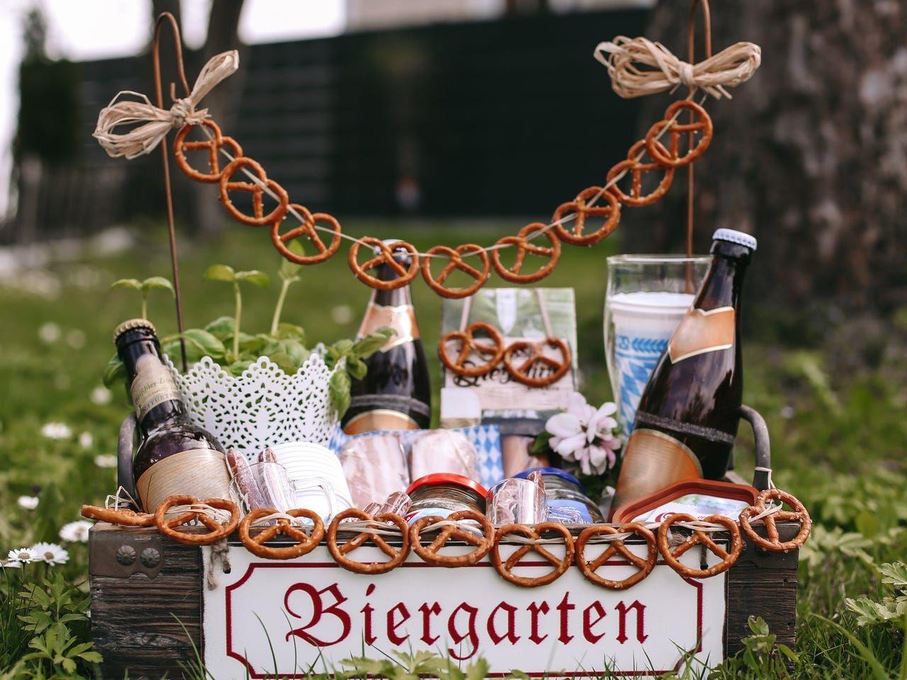 Ein Tolles Geschenk Fur Den Mann Der Bayrische Biergarten In 2020 Geburtstag Geschenke Selber Machen Alkohol Geschenke Geschenke