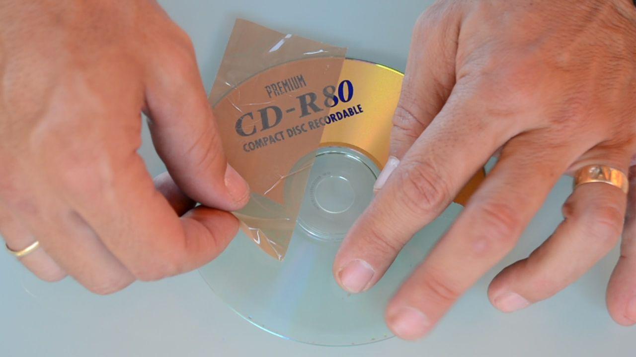 Truco para pelar CDs reciclados. Hoy te vamos a mostrar cómo puedes eliminar la capa de aluminio en la que se almacenan los datos de CD, situada en una de sus caras. Te sorprenderás de lo fácil y rápido que es. De este modo podrás hacer manualidades creativas de todo tipo reciclando este tipo de materiales. http://bricoblog.eu/truco-para-pelar-cds-reciclados/ #Manualidades #Reciclado #CD #Trucos