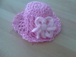 gehaakt roze babymutsje met bloem