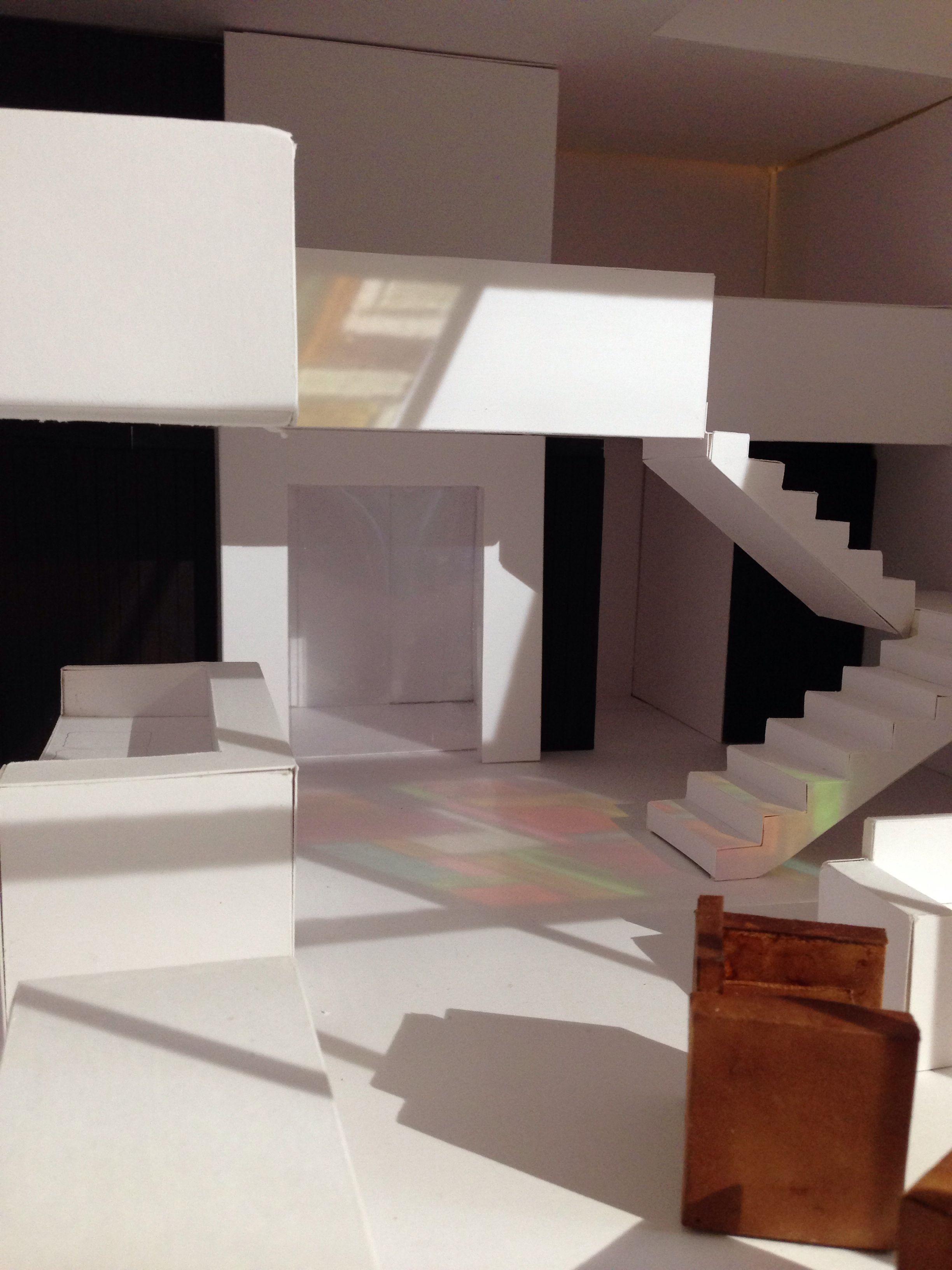 Reflectie van glas-in-lood ramen op interieur. Schaalmodel. Laura ...