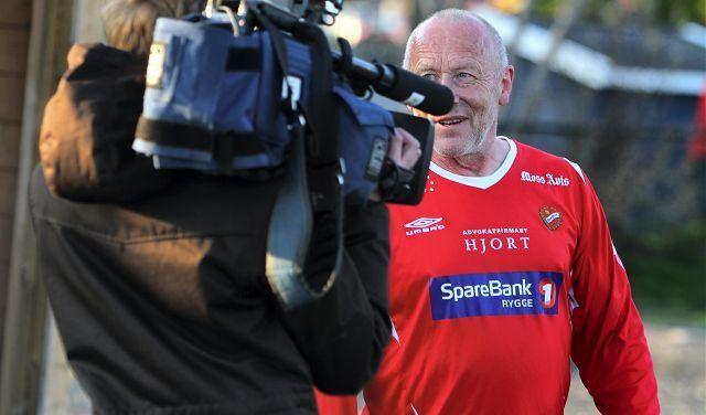 Rygges Rune Olsen (63) er kanskje divisjonssystemets eldste spiller. TV2 synes i alle fall alderen var verdt en sak på Fotballkveld på kanalen.