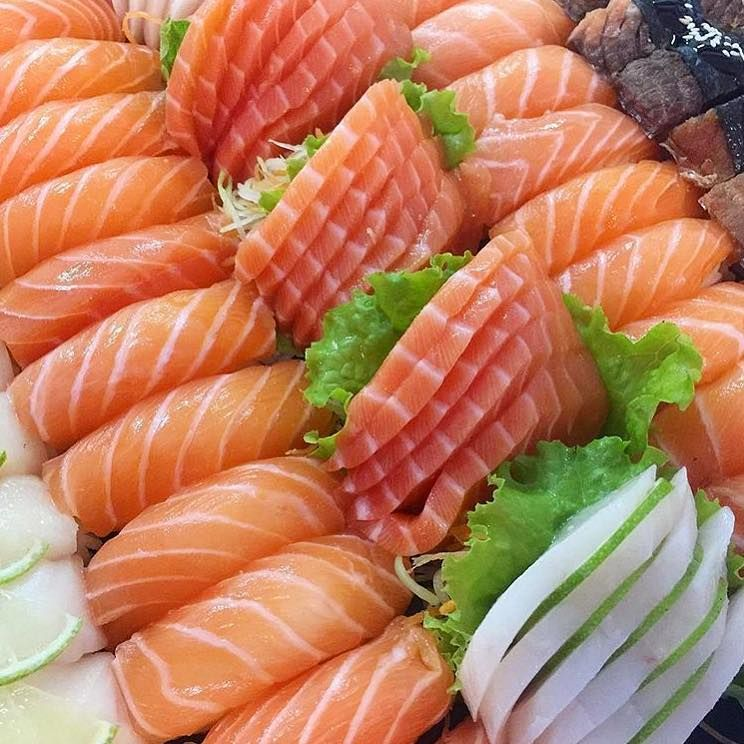 Makesushi1 On Instagram Tag Someone Who Loves Salmon Sushi Do You Want To Learn How To Make Sushi Check Out Our Yout Edible Food Cafe Food Pretty Food