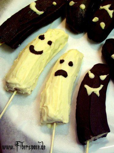 Trick oder Treat – die gefrorenen Bananengeistern sind eine leckere selbstgemachte Halloween-Süßigkeit für kleine und große Gespenster auf der Gruselparty. #halloweendesserts