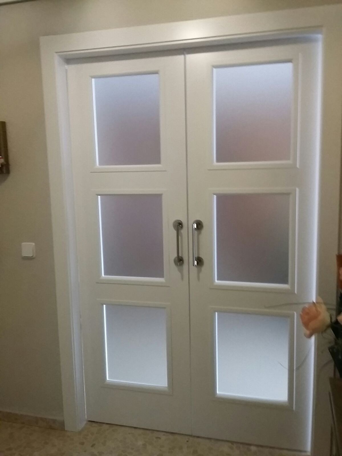 Doble 9300 ar v3 lacada en blanco con cristal mate for Puertas con vidrieras decorativas