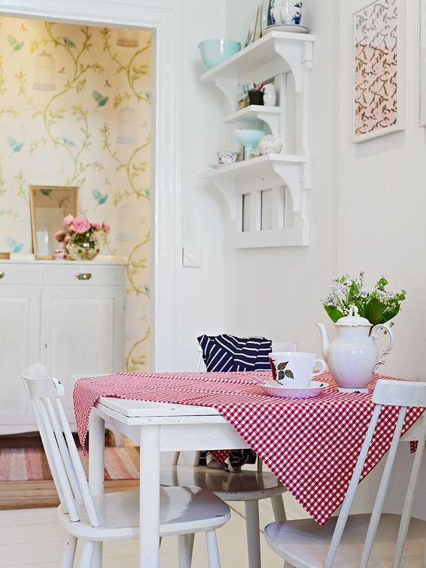 cute kitchen, i like the table cloth