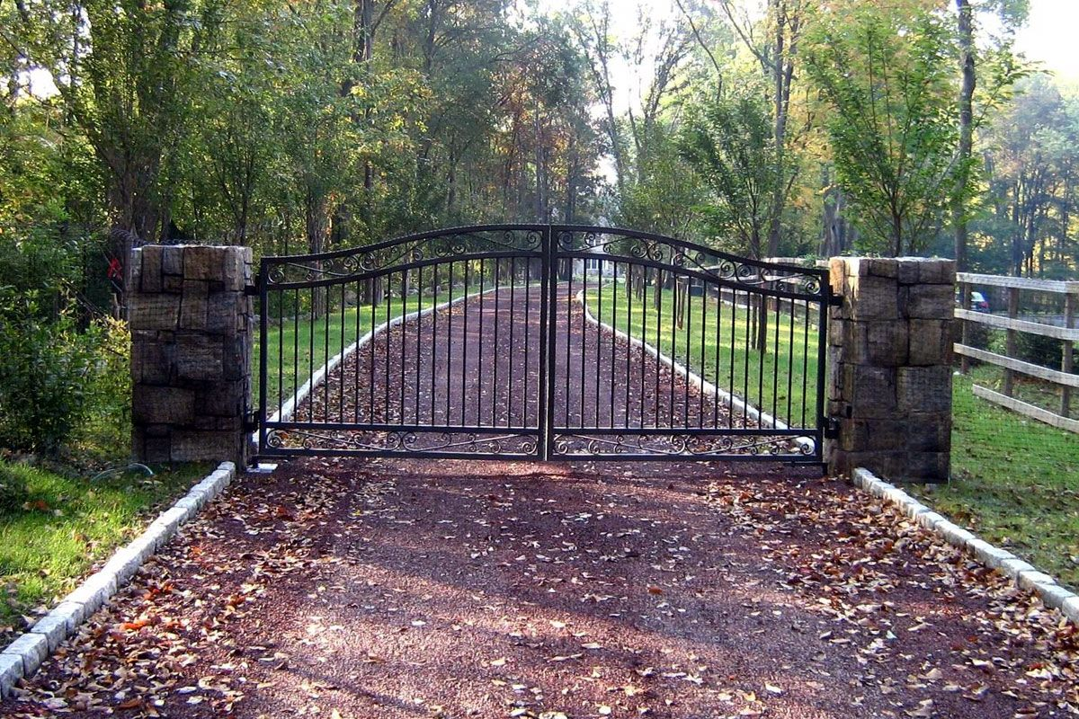 Iron Driveway Entrance Gate With Galvanized Iron Mesh Fencing