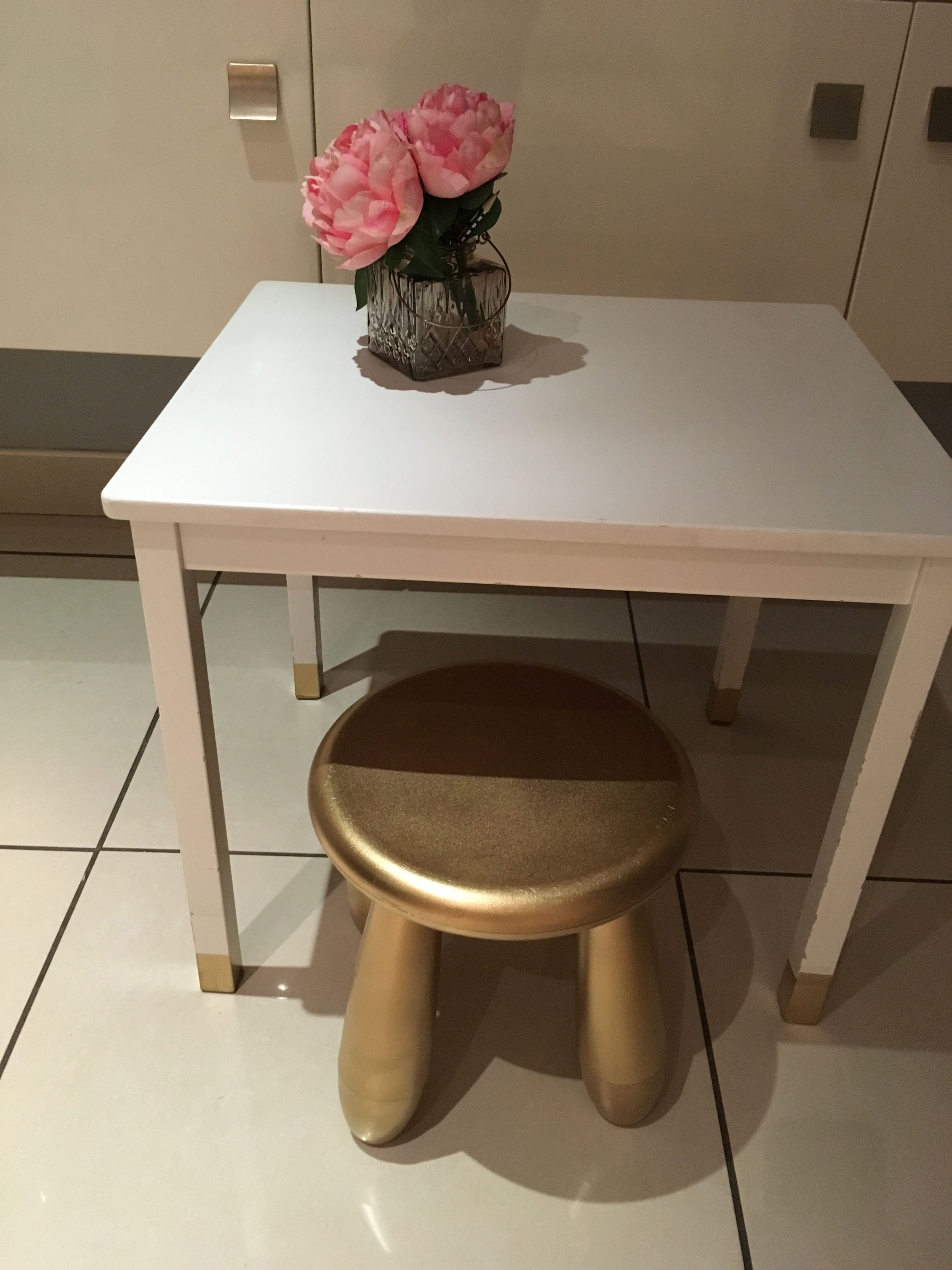 Ikea Mammut Stool Painted With Gold Spray Paint And Ikea Kritter Table With Gold Tipped Legs A Very Inexpensive Quick And Easy Haus Innenräume Innenraum Raum