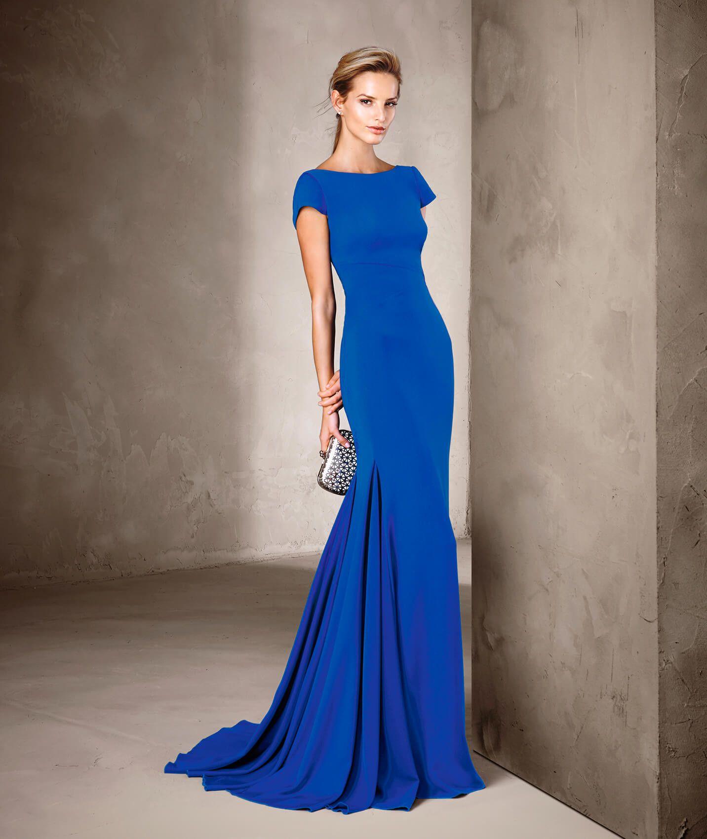 a0b38df0ea Descubre el modelo de vestido CIRIT de Pronovias. Un vestido largo de estilo  sirena hecho con crepe perfecto para ti en la colección de Vestidos de  Fiesta.