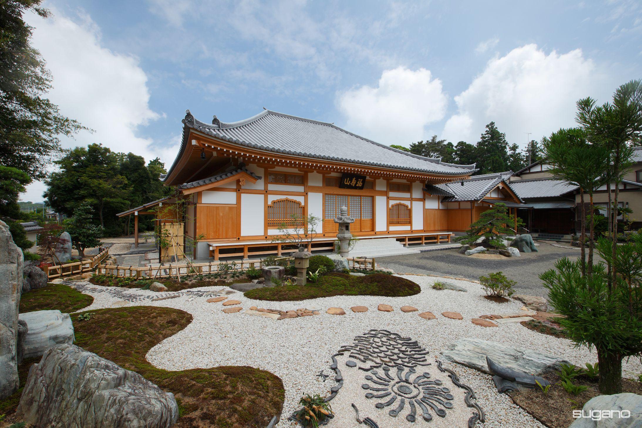 木造本堂の総軒反りの屋根の曲線が美しい 和風建築 寺 本堂