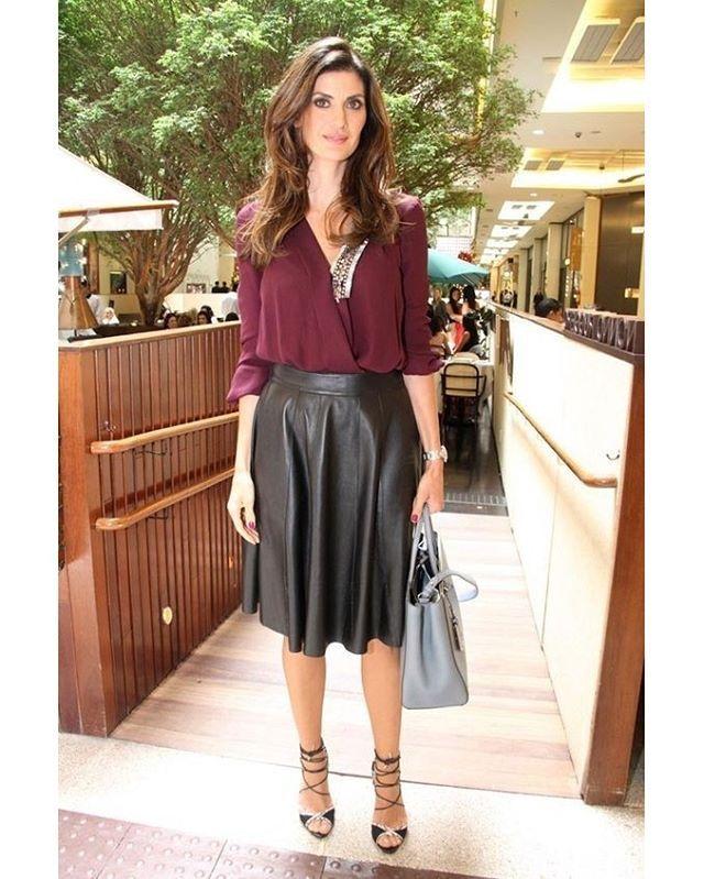 Look do dia: saia de couro na altura dos joelhos usada com camisa vinho e sandália de amarrações.