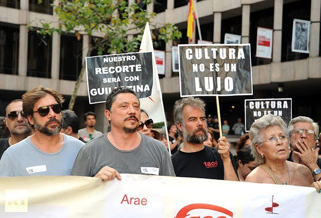 Spain, Madrid : Spanish actors Javier Bardem his brother Carlos Bardem and their mother Pilar Bardem demonstrate against the Spanish government's latest austerity measures in Madrid on July 19, 2012. (AFP Photo/ Dominiwue Faget)