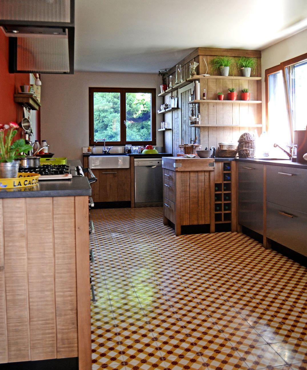 Un chaleureux atelier culinaire cuisine ch ne massif carreaux ciment hotte verri re granit - Cuisine chene massif ...