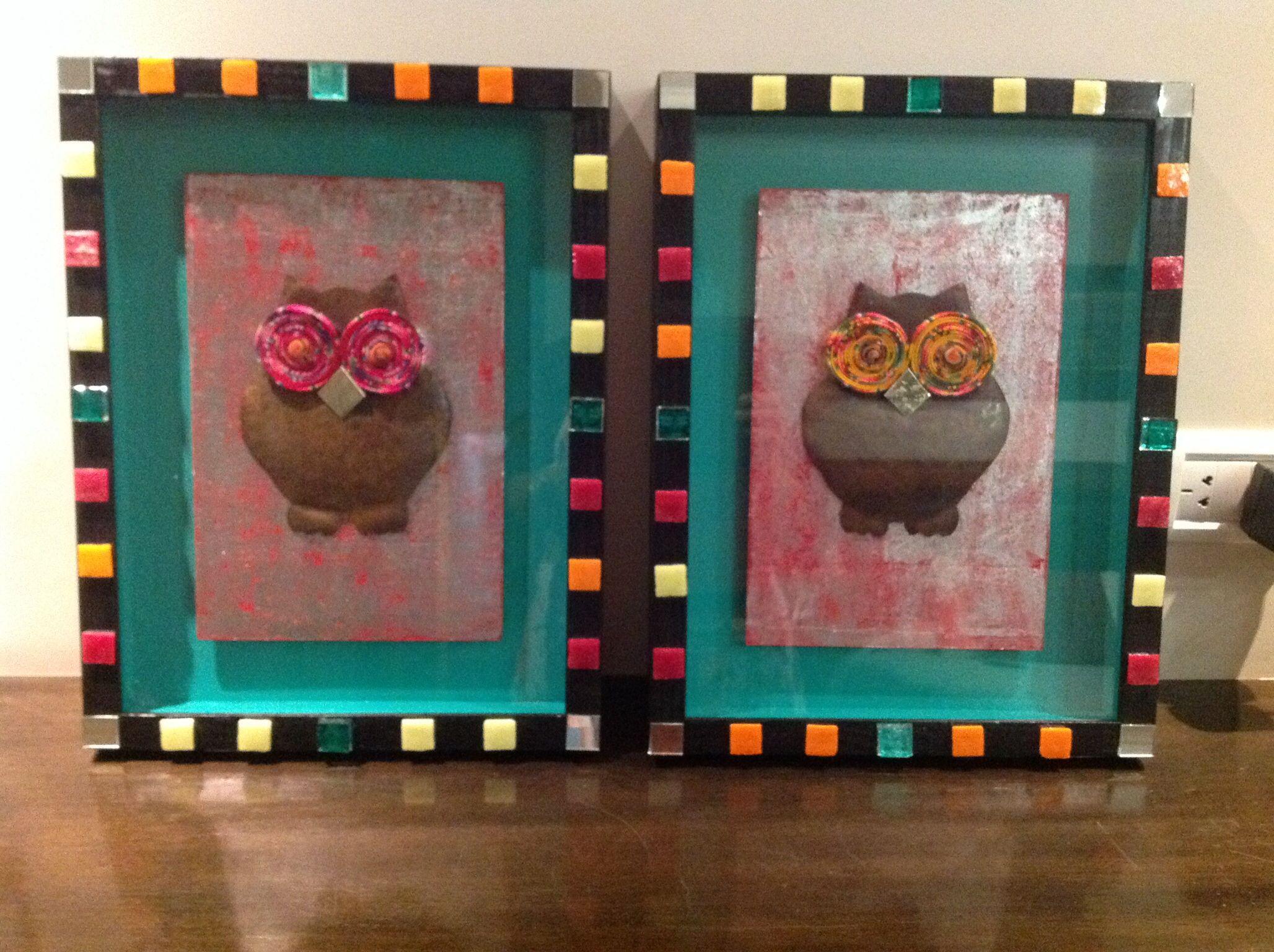 Búhos de chapa en marco cajón decorado.