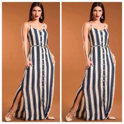f33306d4d0 Modelo usa vestido listrado em azul e branco com sapatilha nude ...