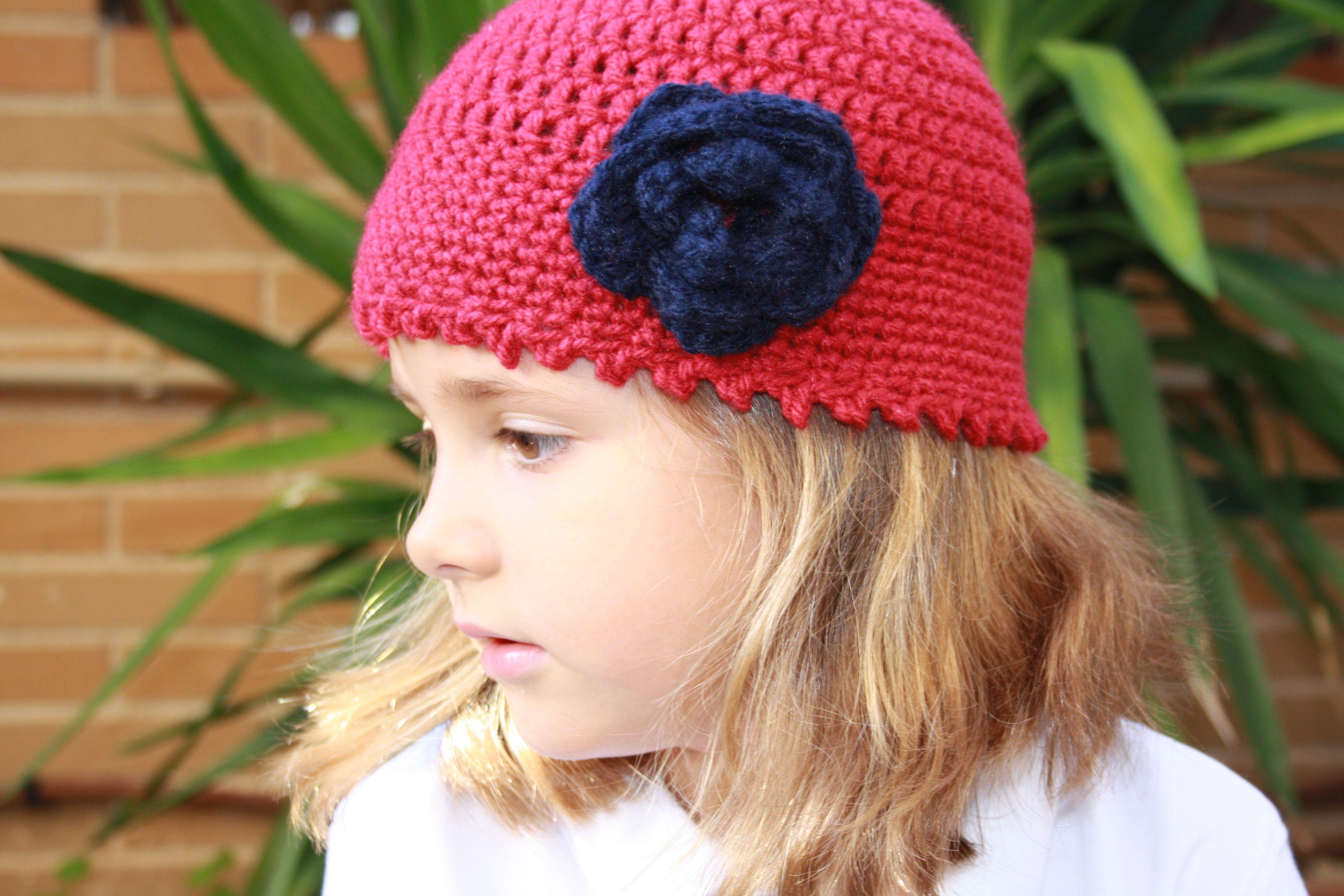 626ecd5a733e7 Gorro de lana color frambuesa tejido a mano y con detalle de flor en marino