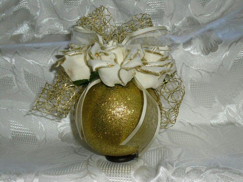 Sfera glitterata oro con rose bianche applicate