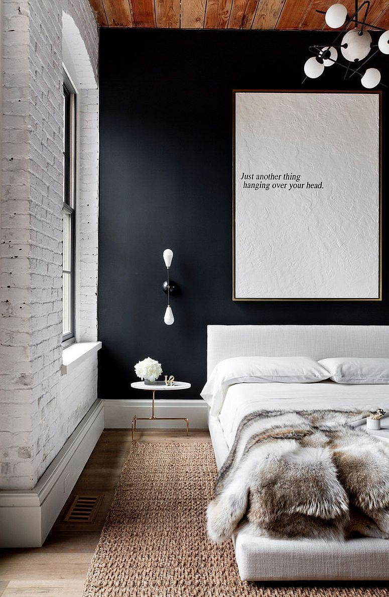 Tapis de salon dans la chambre, un mur fonce, draps de soie blancs, rideaux fonces... velour, gra