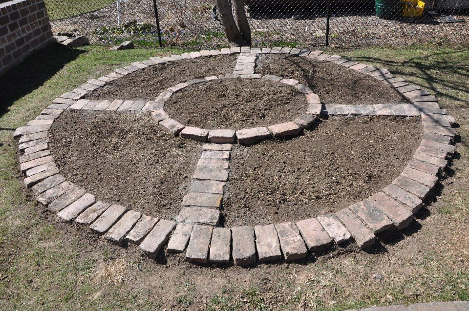 Loving this simple but beautiful compass shape garden bed