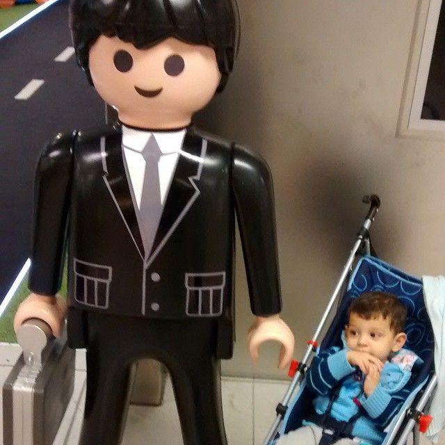 Mateus e seu amiguinho Playmobil, minutos antes dele sair do carrinho e a gente impedir dele arrancar a maleta do boneco kkkkk #linate #playmobil #mateuspresentededeus