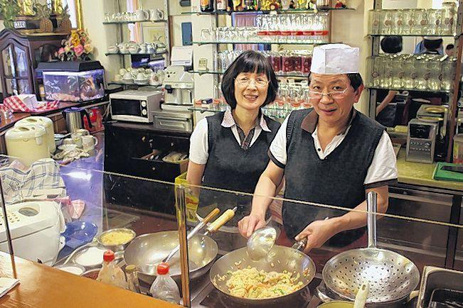 Yi Wen Asia-Stube: Seit acht Jahren kochen Yi Wen Hu und seine Frau Lili Chen in der Waltherstraße 11 auf. Dem Koch, er ist aus Shanghai, kann man bei seinen Künsten zusehen. Tipp: Mittagsmenü mit Suppe (oder Frühlingsrolle oder Hummer-Chips) + Hauptspeise (Sesam-Chicken!, Rindfleisch mit Zwiebel!) nur 4,90 Euro. Mehr zur Waltherstraße: http://www.nachrichten.at/oberoesterreich/linz/Die-Waltherstrasse-Hier-entstand-1896-die-Linzer-Filmwelt;art66,1318837 (Bild: Weihbold)
