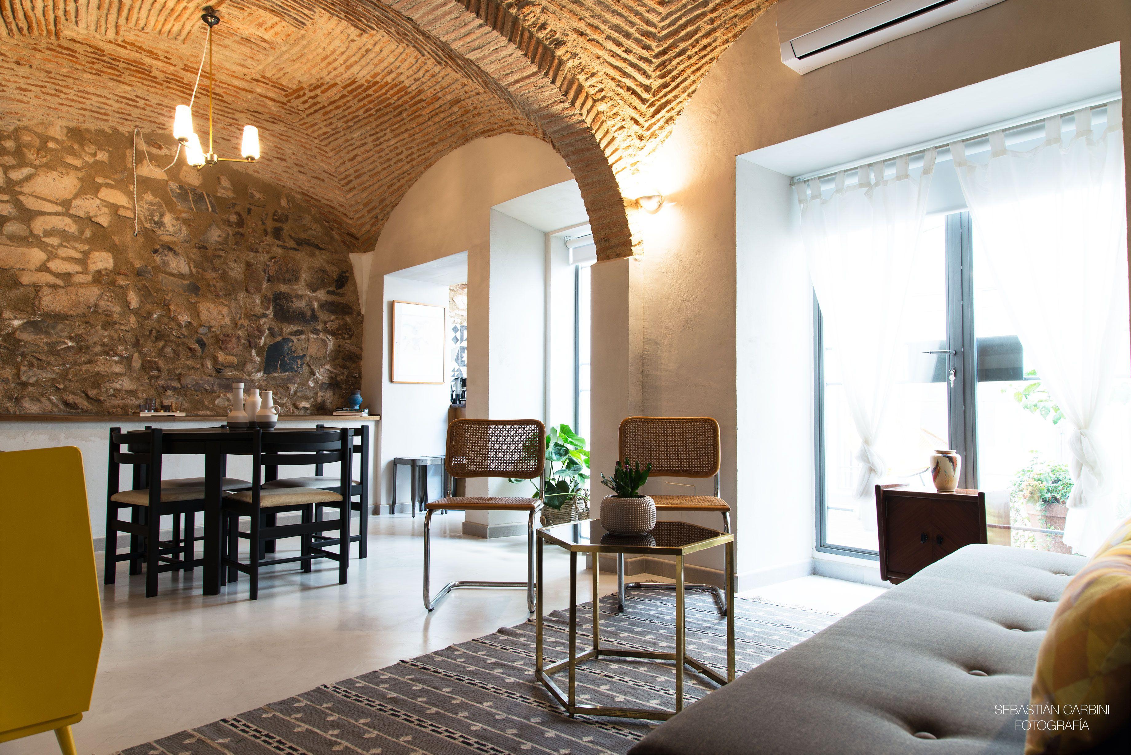 Salón del apartamento ROOM HANDS en Cáceres. Mueble vintage, bóvedas ...