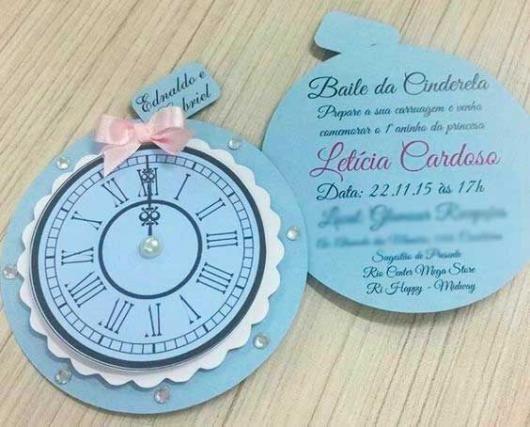 c16d65f3923 Convite da Festa Cinderela em formato de relógio marcando meia noite ...