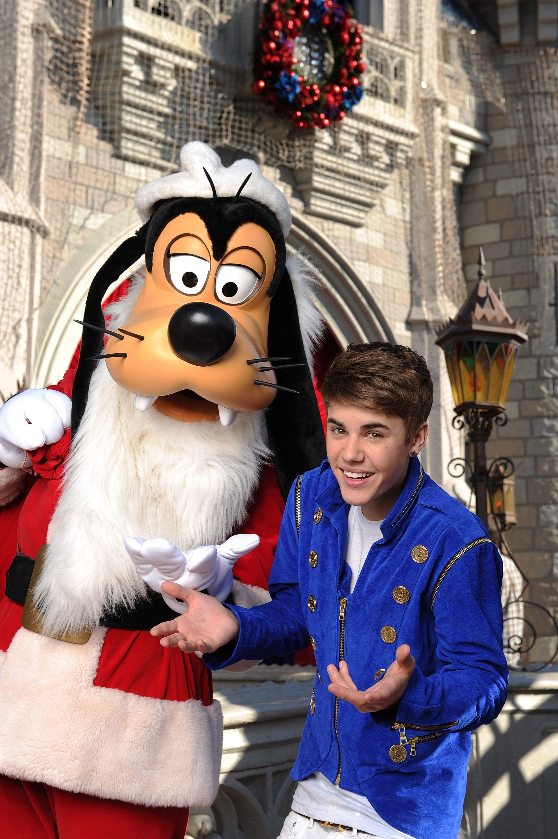 Justin Bieber Proves He\'s the Ultimate Christmas Elf In Christmas ...