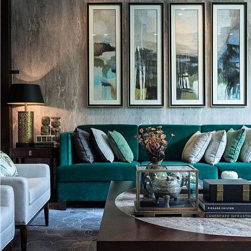 Beautifully Styled Living Room Love The Teal Velvet Sofa Interer Zelenye Gostinye Biryuzovye Gostinye