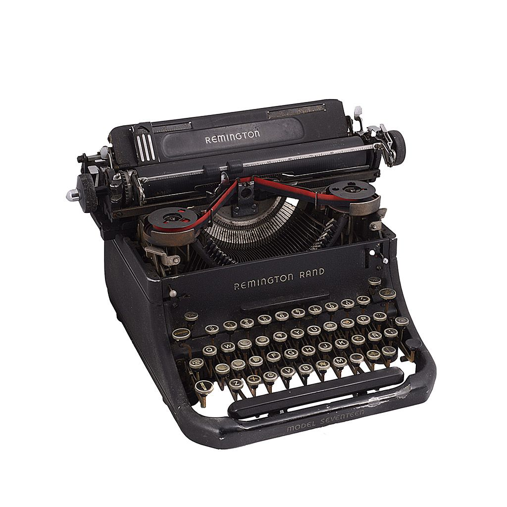 Máquina de escribir. Estados Unidos. Circa años 40. Marca Remington Rand. Modelo Seventeen. Estructura de metal, color negro.  Estimado: $1,200 to $1,500.