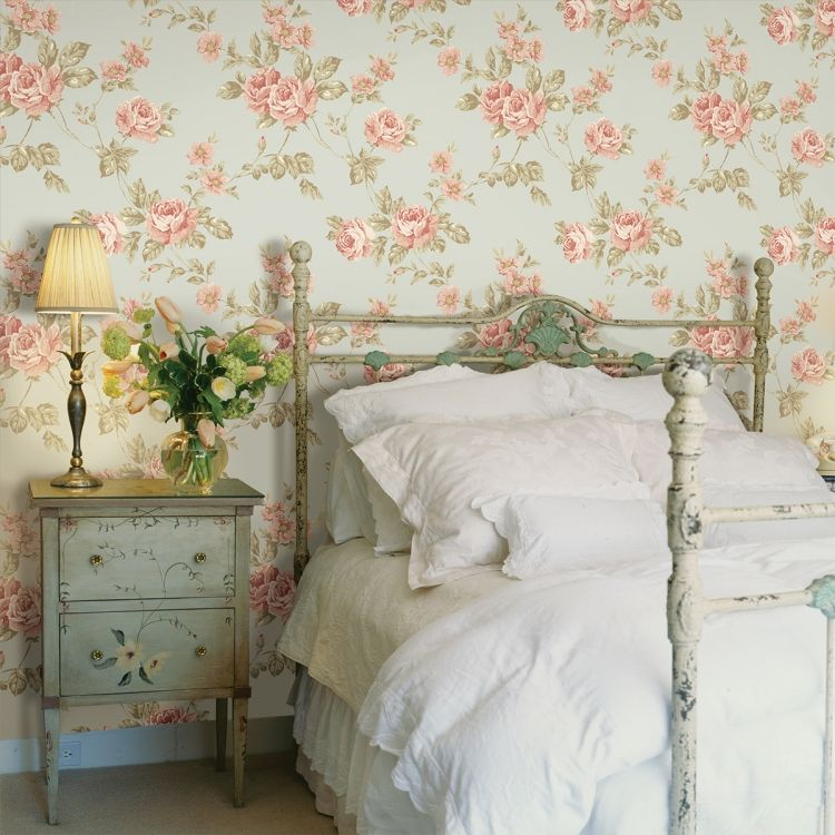 Tapete mit Rosenmotiven im Shabby Chic Schlafzimmer - wohnzimmer farben landhausstil