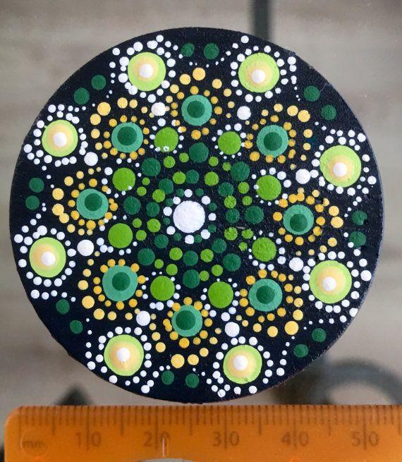 Deze met liefde en zorg gemaakte Mandala Dot Art Magnet is op een houten board beschilderd met Acrylverven en beschermd met matte vernis plus UV Protectant om verkleuring te voorkomen. Doorsnede: 5cm.
